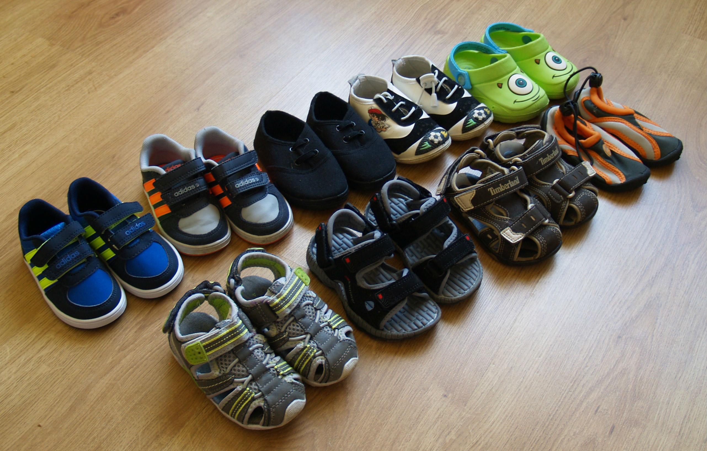 5dd31c00d7f Praegusel hetkel on Matul olemas 11 paari jalanõusid, mida hetkel kanda.  Pildil on neist välja toodud 9 paari. Puudu jäid ühed Clarksi kingad,  millega Matu ...